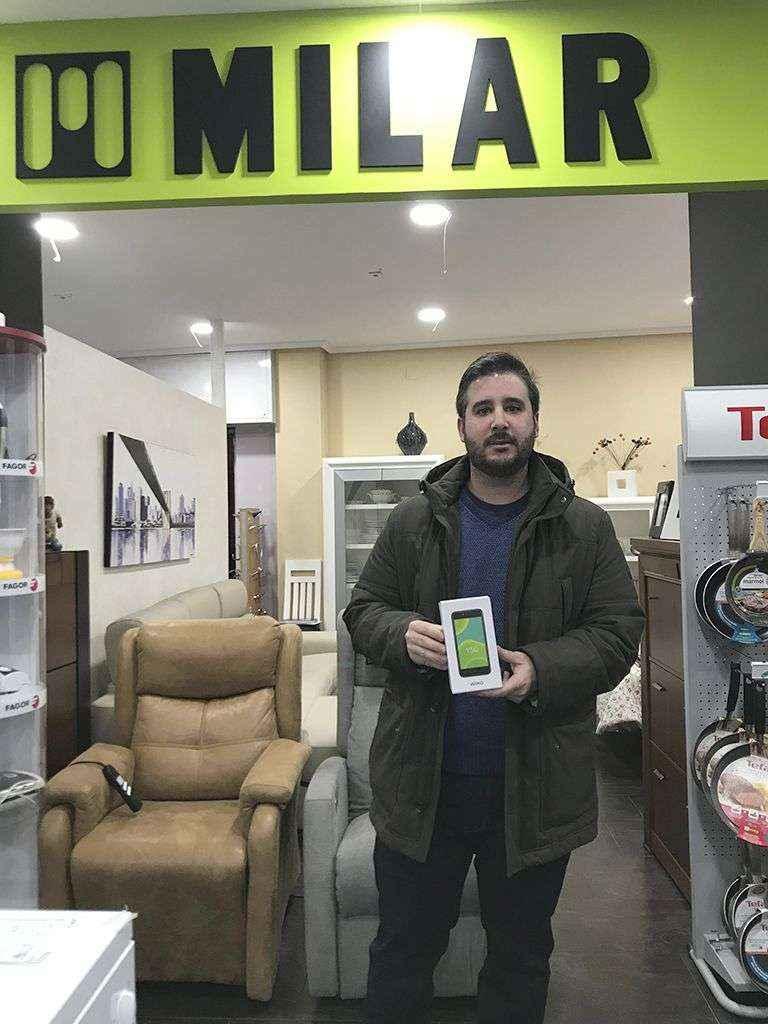 La Canasta Milar hace entrega del primer smartphone del año