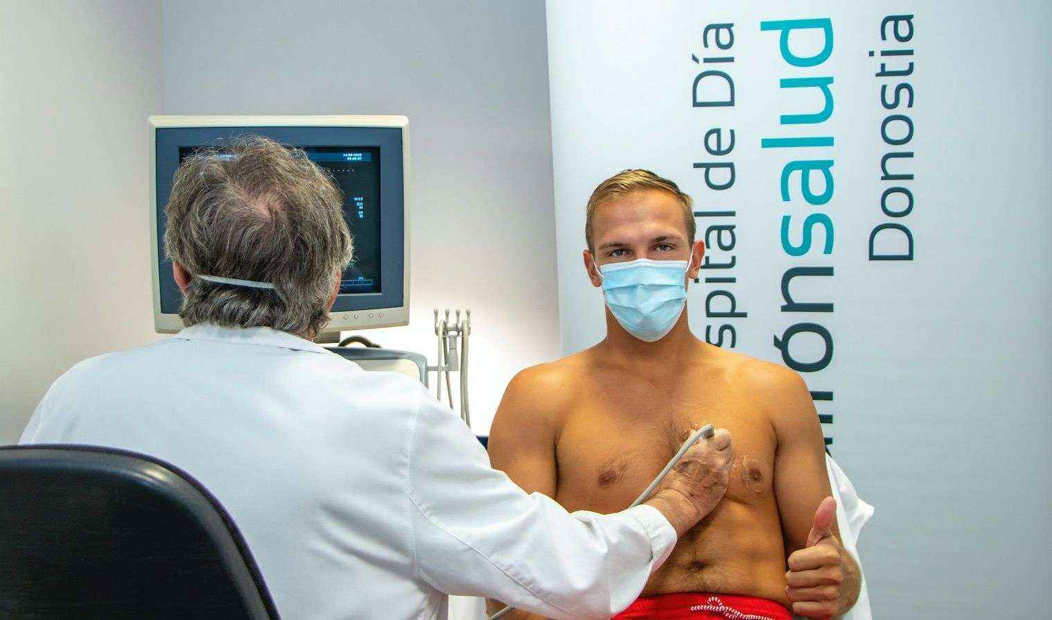 Johnny Dee, del Delteco GBC, realiza el reconocimiento médico en el Hospital de Día Quirónsalud Donostia